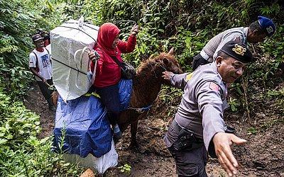 Trabalhadora Indiana transporta as urnas da eleição para uma vila remota em Jember, Java Oriental.