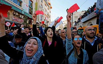 Milhares de palestinos participam de um protesto contra uma lei de segurança social proposto pelo governo em Ramallah, na Cisjordânia.