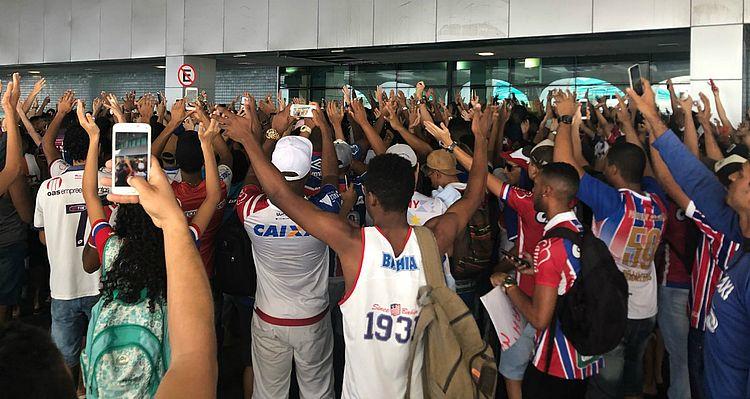 Torcida do Bahia lota aeroporto durante embarque da equipe