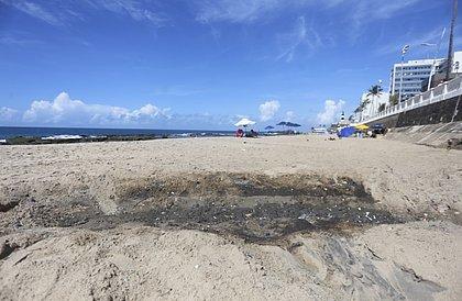 Uma das várias saídas de água pluvial deixa rastro de sujeira e forte odor na Praia da Barra: chuva ou esgoto?