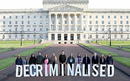 Entre festas e protestos, aborto e casamento gay são legalizados na Irlanda do Norte