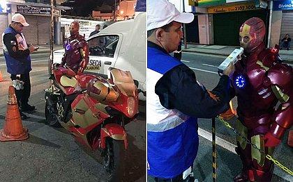 'Homem de Ferro' é parado em blitz da Lei Seca e acaba multado no Rio