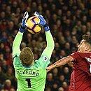 Firmino, do Liverpool, divide bola com Pickford, do Everton. Dupla faz clássico decisivo pela Copa da Inglaterra