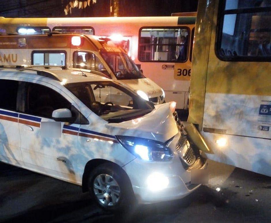 Taxista perdeu controle do carro que acabou batendo no fundo de um ônibus