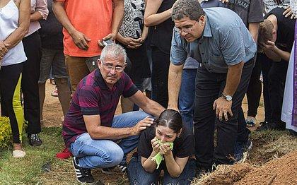 Vítimas de atirador de Goiânia são enterradas