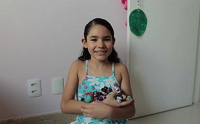 Nathália, 8 anos, é fã das bonecas LOL