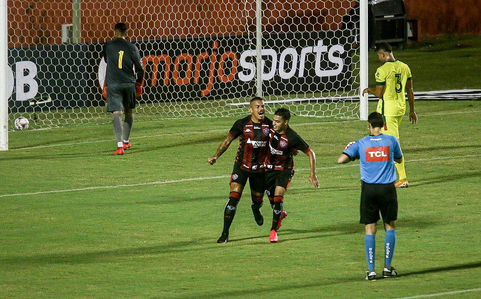 Thiago Carleto comemora o único gol do Leão na partida