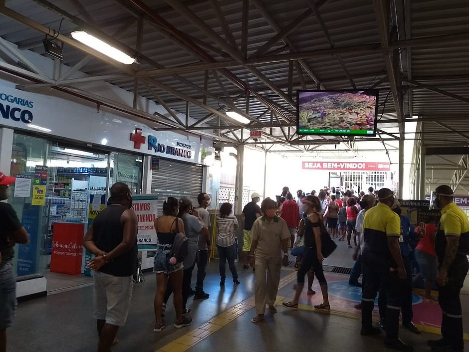 Shoppings Lapa e Piedade têm filas do lado de fora e público se aglomera por promoções