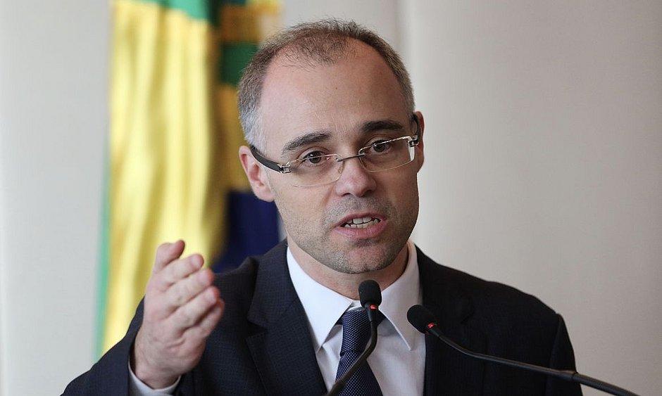 André Mendonça age para evitar desgastes no STF com 'dossiê'