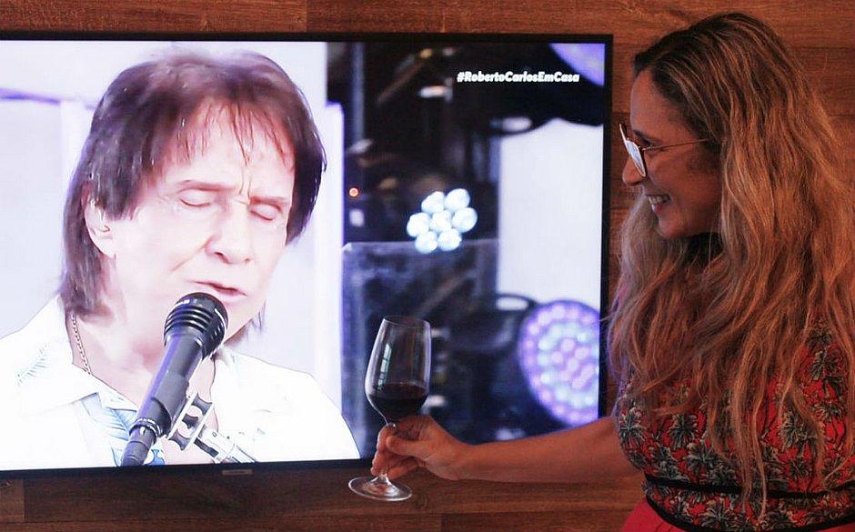 Liz Lacerda curtiu o rei Roberto Carlos com a filha, e definiu a live como um presente de dia das mães