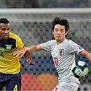 Velasco, Nakajima e Romario Ibarra disputam a bola no Mineirão