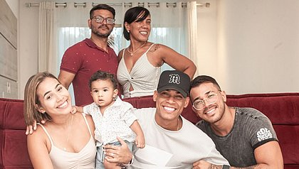 Atrás: Tony e Elionai Pinheiro. No sofá, Keila, Apolo, Abner e Eliabe Pinheiro