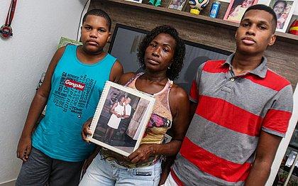 'Não é porque morreu que deixou de ser humano', diz filho que carregou corpo do pai