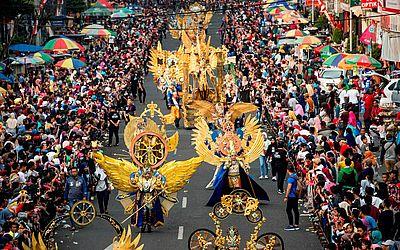 Desfile 'Luz da Ásia' durante o Festival de moda de Jember na província de Java Oriental.
