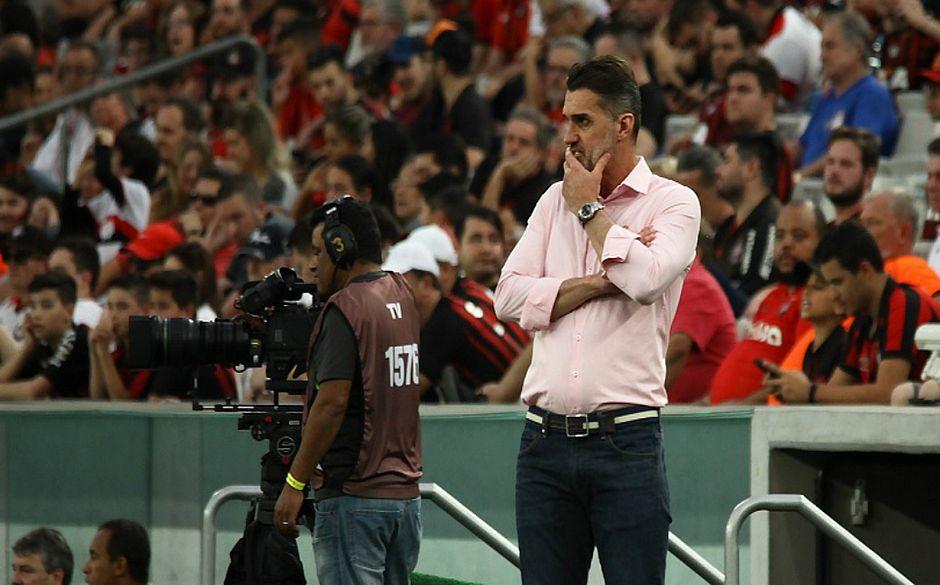 Treinador deixa o clube após derrota de 4x0 diante do Atlético-PR