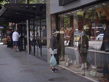 Vendas do varejo caem 6,1% em dezembro ante novembro, revela IBGE