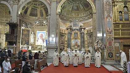 Em missa com refugiados e presos, Papa diz que compartilhar bens 'não é comunismo, mas cristianismo'