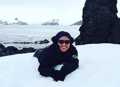 Pesquisa de Ana Cecília mostra que perfume e o protetor solar que você usa quando vai à praia na Bahia podem chegar à Antártica em forma de poluição