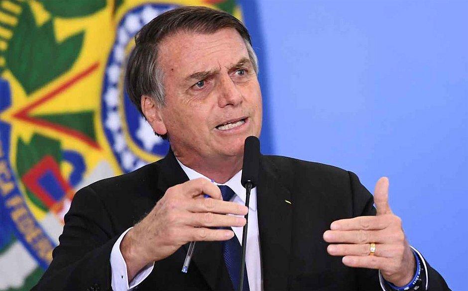 Bolsonaro assina 13º salário para beneficiários do Bolsa Família