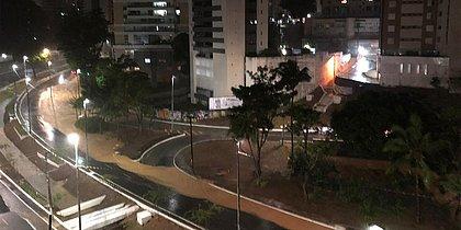 Chuva cai com força em Salvador e alaga ruas; raios e relâmpagos assustam
