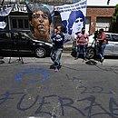 Torcedores estão reunidos em frente à clínica onde Maradona está internado