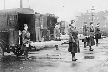 Membros da cruz vermelha com macas para pacientes da gripe espanhola em Saint Louis, Estados Unidos, em 1918