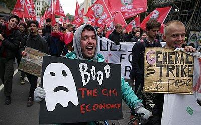 Trabalhadores terceirizados marcham em busca de direitos de trabalho mais favoráveis no centro de Londres.