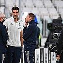 Goleiro da Juventus, Gianluigi Buffon, em conversa com integrantes da comissão técnica: equipe chegou a entrar em campo