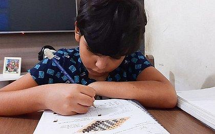Théo Rodrigues, como outras crianças, vem tendo problemas com o ensino remoo, segundo a mãe Emile