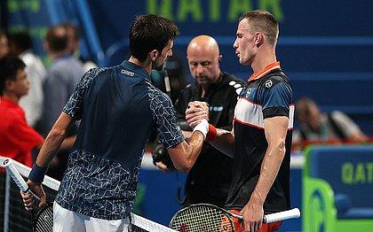 Djokovic cumprimenta Fucsovics após partida entre os dois