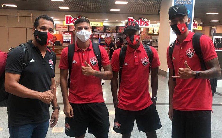 Técnica interino do Vitória, Rodrigo Chagas (esquerda) conversa com os jogadores no aeroporto de Salvador