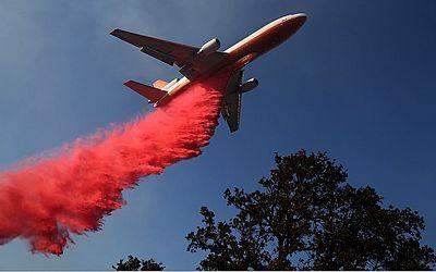 Avião joga pó anti-chamas na região de Lakeport na California. O rio de fogo já consumiu 27,000 hectares de floresta e destruiu 7 casas.