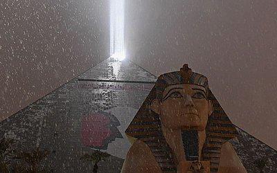 A luz em cima do Luxor Hotel e Casino ilumina a neve caindo durante uma tempestade de inverno, em Las Vegas, Nevada.