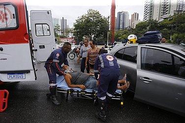 Médicos do Samu realizam atendimento às vítimas do acidente