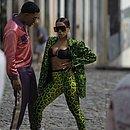 Anitta e o cantor porto-riquenho Mike Towers no Largo do Pelourinho
