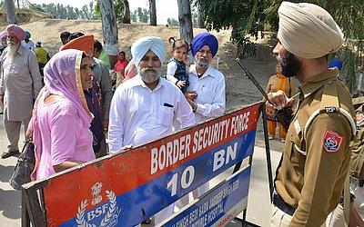 A polícia de Punjab evita que os peregrinos sigam em frente por uma estrada em Dera Baba Nanak, em Amritsar. Técnicos da Índia e do Paquistão realizaram uma reunião para finalizar a construção do corredor que conectará os dois maiores santuários