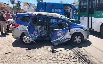 Acidente entre ônibus e viatura deixa dois PMs feridos no Imbuí