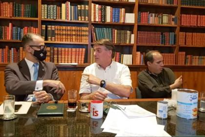 """Após convite para se vacinar, Bolsonaro ri e desconversa: """"sem contrapartida"""""""