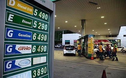 Gasolina sobe 63% no ano e força baianos a vender carro e até mudar de emprego