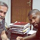 Presidente Ricardo David e goleiro João Gabriel durante assinatura do contrato