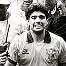 Após eliminar o Brasil na Copa de 1990, Maradona festejou usando a camisa do amigo Careca