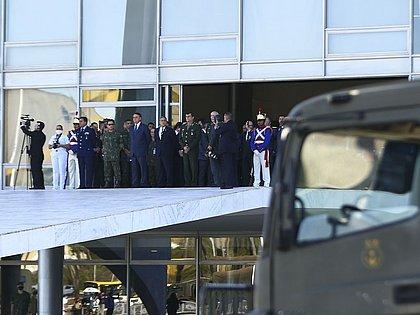 Bolsonaro e ministros acompanham desfile de blindados na Esplanada