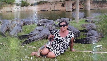 'Maria dos Jacarés': mulher que atraia animais com berrante morre após acidente