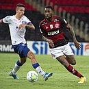 Ramírez e Gerson durante o jogo entre Bahia e Flamengo no Maracanã