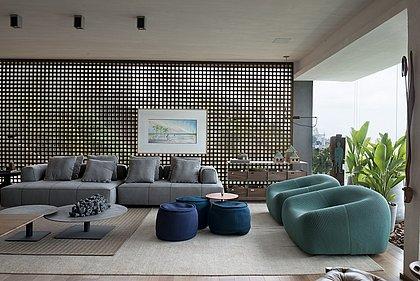 O espaço traz o conceito de casa de praia, reunindo ambientes de living, jantar e apoio gourmet
