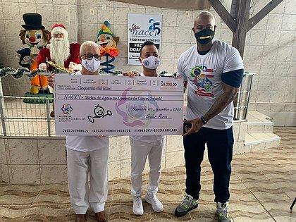 Léo Santana participa de ação solidária no Núcleo de Apoio ao Combate do Câncer Infantil