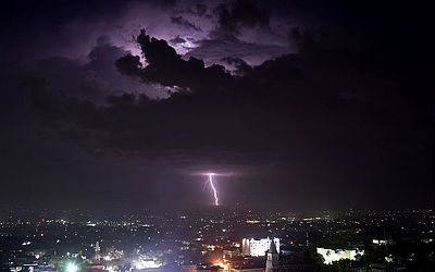 Raio durante uma tempestade sobre as montanhas perto da capital do Haiti, Porto Príncipe.