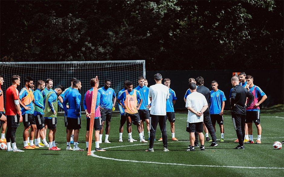 Mesmo sem contrato, Ramires (de colete laranja) segue incorporado ao elenco do Basel