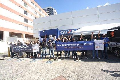 Bancários fazem ato na Pituba e pedem para ser vacinados contra a covid