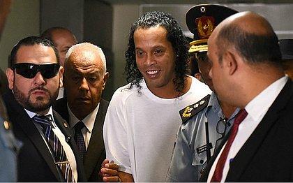 Jogador caro: Ronaldinho é disputado por prisioneiros em torneio de futsal na cadeia